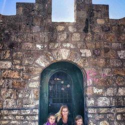 Nicole Neumann junto a sus hijas en Salta