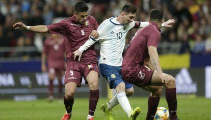 Lionel Messi, rodeado de rivales venezolanos. Solo no puede.
