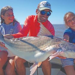 Hermoso patí pescado al garete por Elías junto a sus dos hijas.