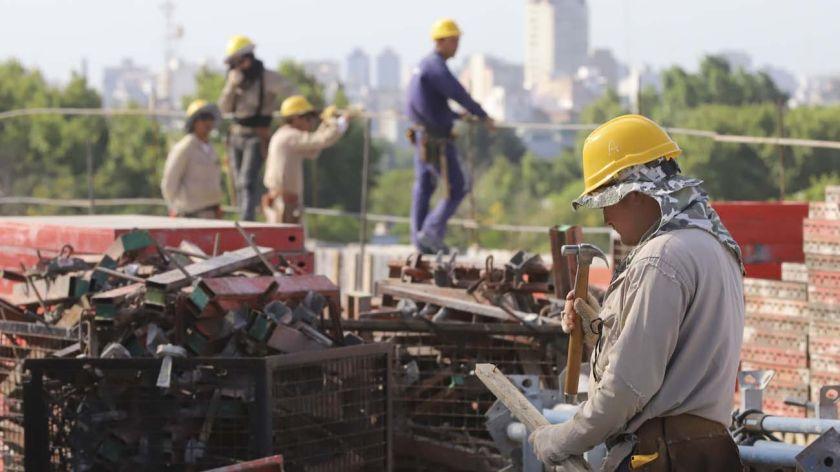 En febrero, la industria cayó 8,5 % y la construcción 5,3 %