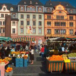 El mercado al aire libre Markt se encuentra en la plaza de Mainz, junto a la catedral.
