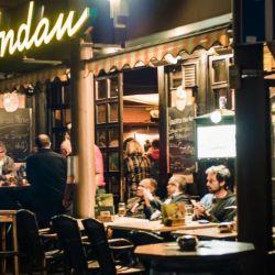 Un lugar clásico para tomarte unas pintas es Zur Andau, cerca de Schillerplatz, donde los lugareños se juntan a beber desde 1844.