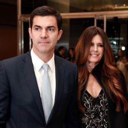 El político y su esposa la pasaron mal en un centro comercial.