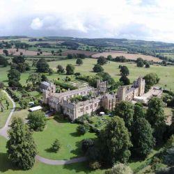 Vista aérea de un hermoso castillo.