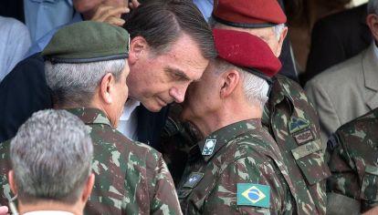 """Rodeado. Aunque los militares no consideran a Bolsonaro como miembro natural de la """"familia castrense"""", son el principal sostén de su gobierno."""