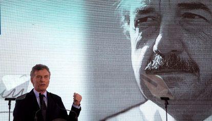 EJEMPLO. Raúl Alfonsín fue uno de los más grandes abanderados de nuestro país. Asumió después de una de las etapas más oscuras de nuestra historia, y trajo luz.