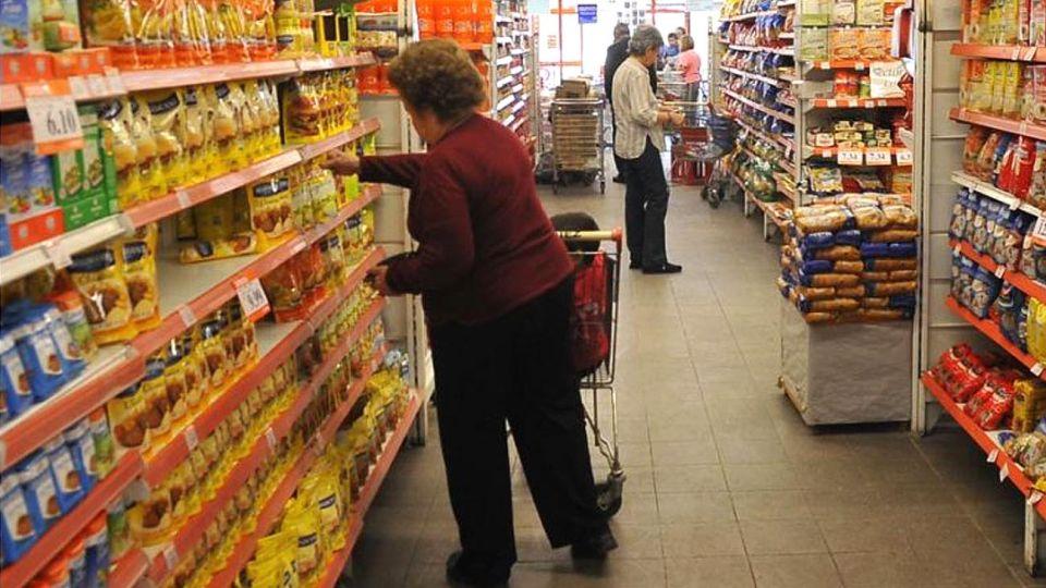 De cerca. Los consumidores revisan precios y buscan ofertas por la pérdida de poder de compra.