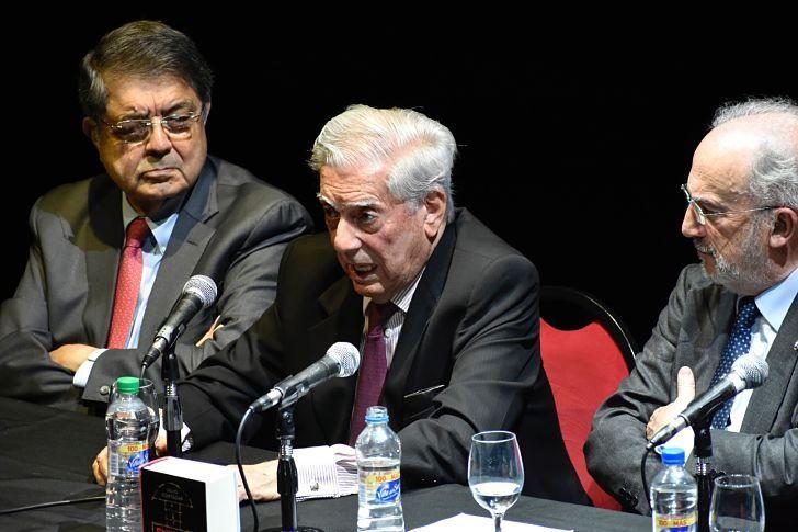 Sergio Ramírez, Mario Vargas Llosa y el director de la RAE, Santiago Muñoz Machado en la presentación de la edición conmemorativa.