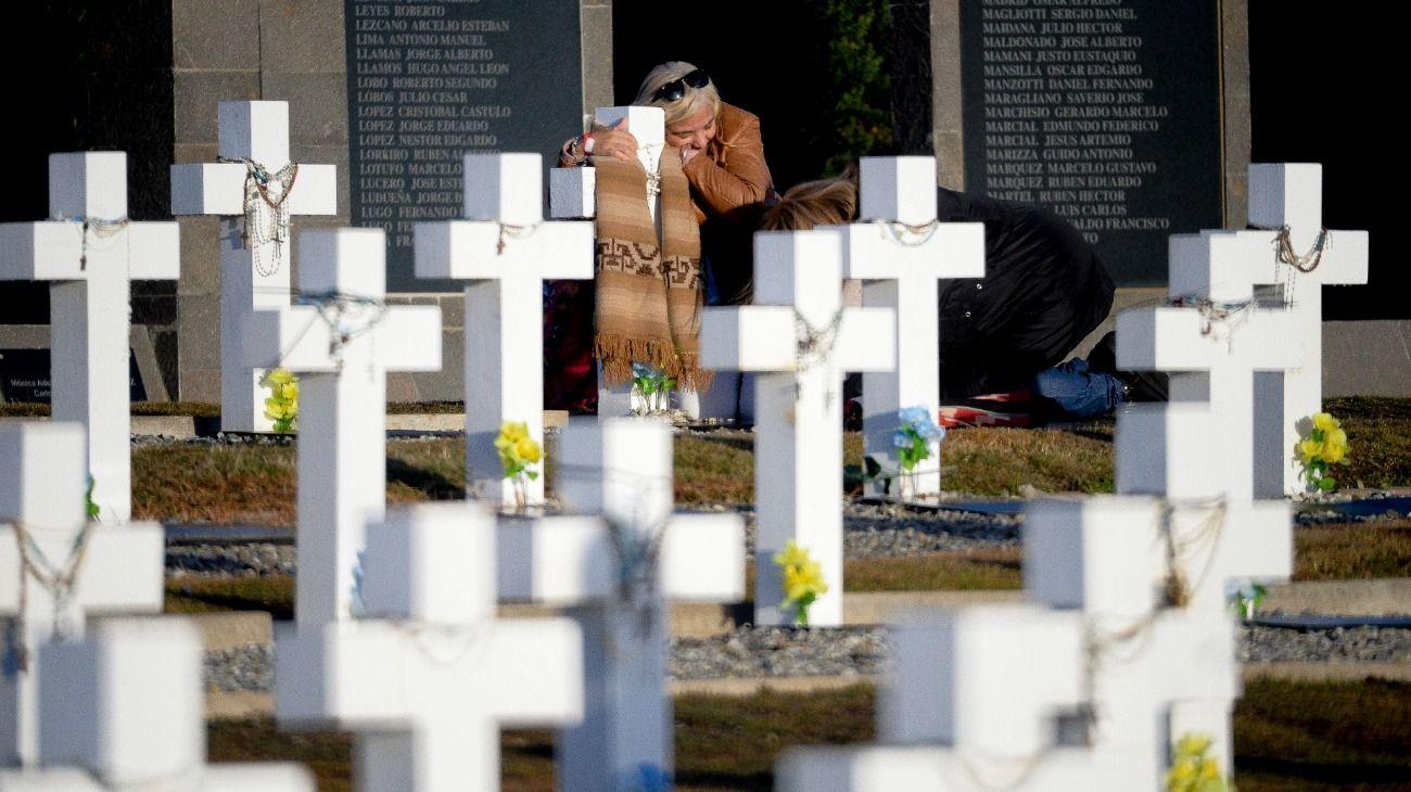 Argentina acordó con Reino Unido identificar a soldados caídos de una tumba conjunta