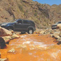Las 4x4 cruzando un colorido río del paisaje riojano.