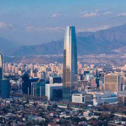 Santiago de Chile ofrece grandes parques, cerros con buenas vistas, arquitectura y gastronomía muy variada.