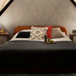 Bajo los techos de la Pirámide del Louvre, habrá una habitación exclusivamente preparada para la ocasión.