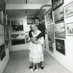Alberto Cortez en la galería de su casa con su esposa Renata Govaerts. Exhibe los cuadros que ella pinta
