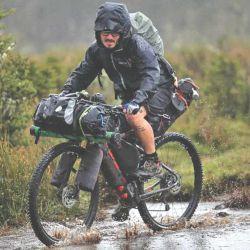 El Bikepacking permite transportar bolsos que reemplazan a las alforjas.
