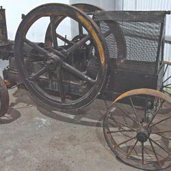 Antiguo motor que accionaba una moledora de piedras para las calles del pueblo.