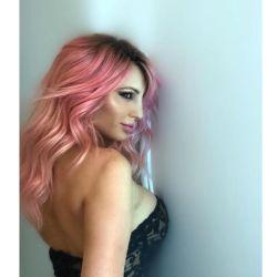 Vicky estrenó nuevo look con transparencias sexys