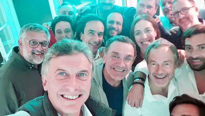 """Selfie. """"De vestuario deportivo"""", tomada entre Macri y el gabinete de Vidal, donde ella es la única mujer."""