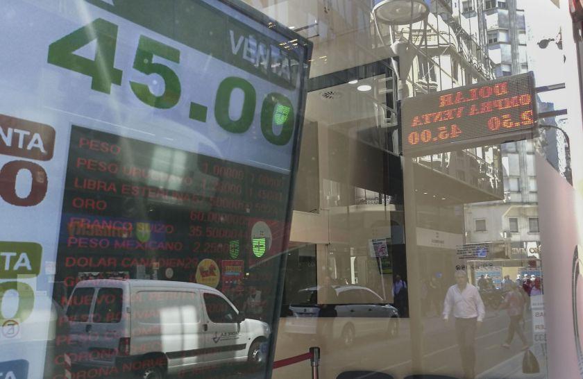 Vuelven a abrir las casas de cambio: no podrán vender dólares