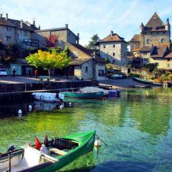 Yvoire fue un poblado pesquero y fortificado, del que todavía se conservan casas de piedra, torrecillas y hasta un castillo.