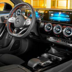 El interior del nuevo Mercedes-Benz Clase A con sistemas de información completamente digitalizados.
