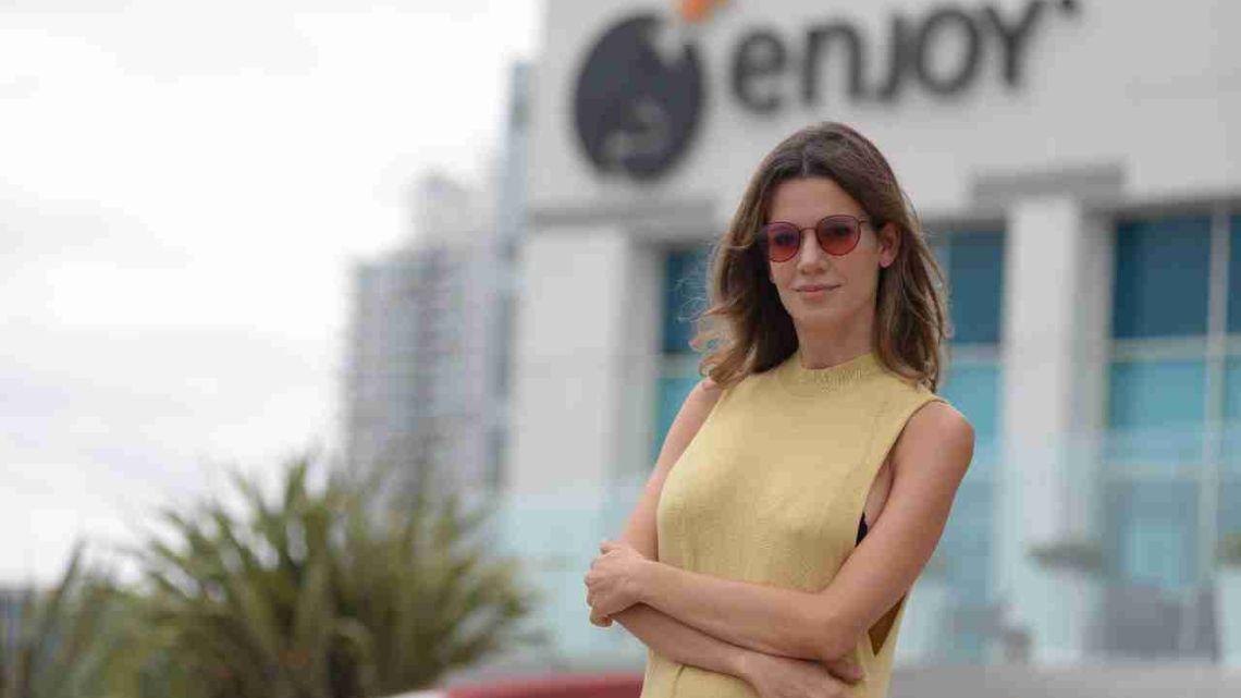Violeta Urtizberea, embarazada, disfrutó de Punta del Este.