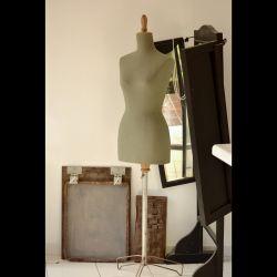 Varias máquinas de coser pequeñas y de época, un solo maniquí en la entrada del taller y un espejo de 3 cuerpos son los objetos destacados del taller.