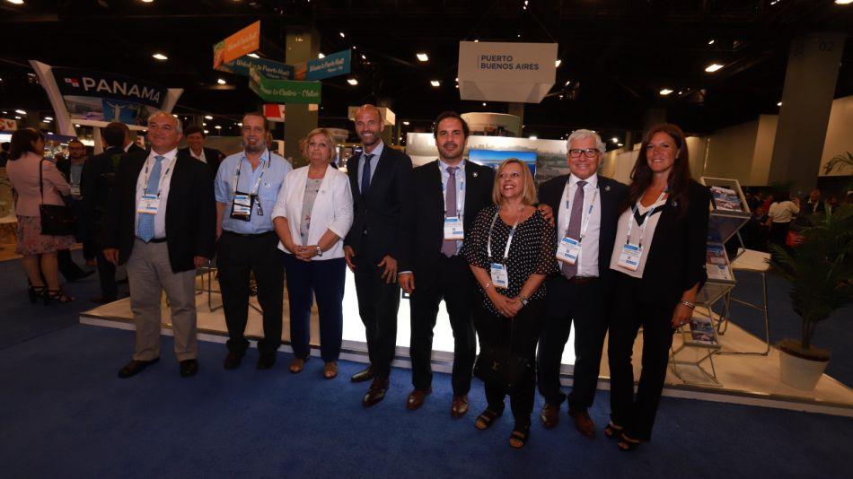 El ministro de Transporte, Guillermo Dietrich, junto a su comitiva en la Feria Global de Cruceros en Miami.