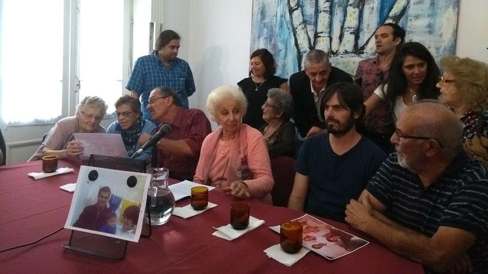 Carlotto y la familia de la nieta 129 durante el anuncio en conferencia de prensa.