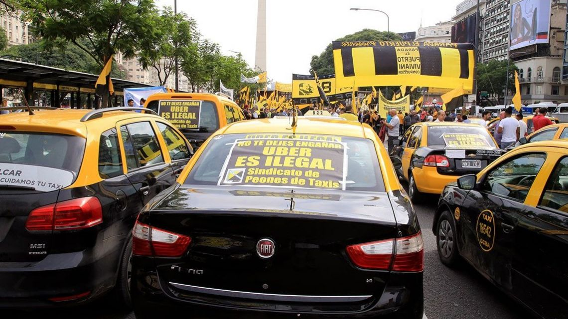 Taxi drivers protest the presence of Uber in the Buenos Aires market.