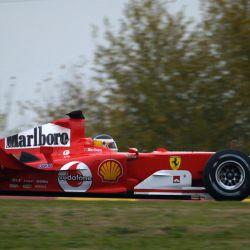 Año 2004. Carlos Reutemann, probando una Ferrari F2004 en Maranello.