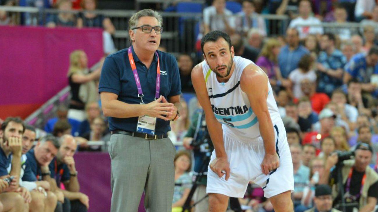 Julio Lamas le da indicaciones a Manu Ginóbili en los Juegos Olímpicos de Londres 2012.