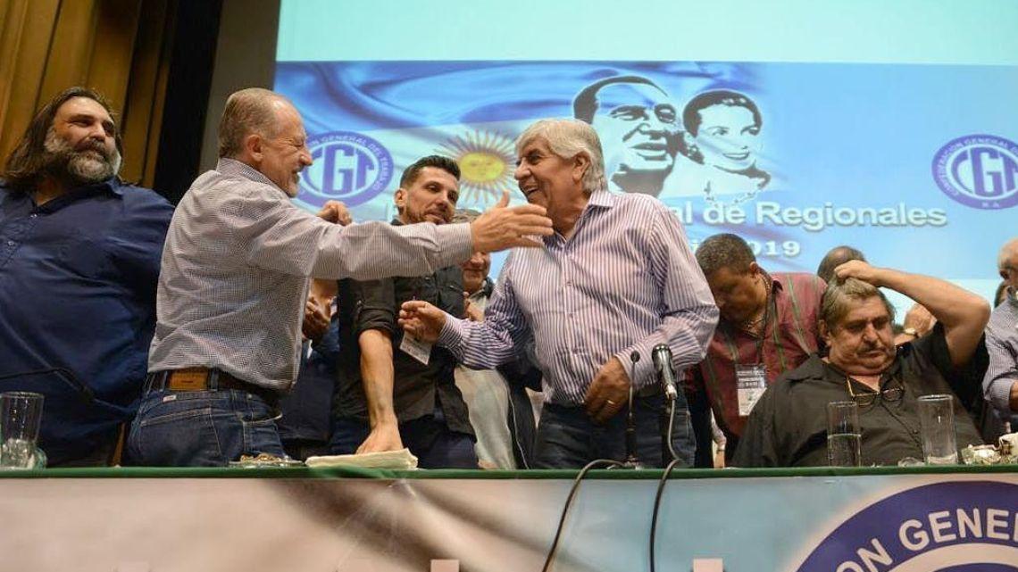 Hugo Moyano and allies gather at the SMATA headquarters.