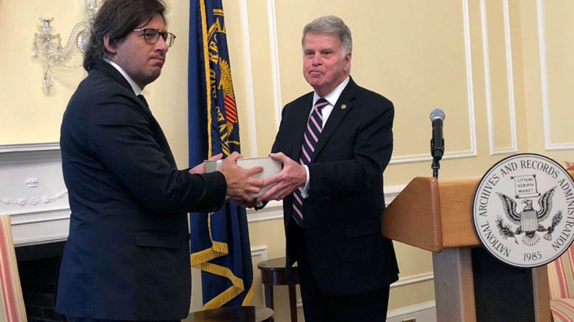 David Ferriero, Archivist of the United States (right), hands Justice Minister Germán Caravano a box with several hard drives containing newly-declassified US Government records related to human rights violations committed during the 1976-1983 military dictatorship, at the National Archives Building in Washington on Friday.