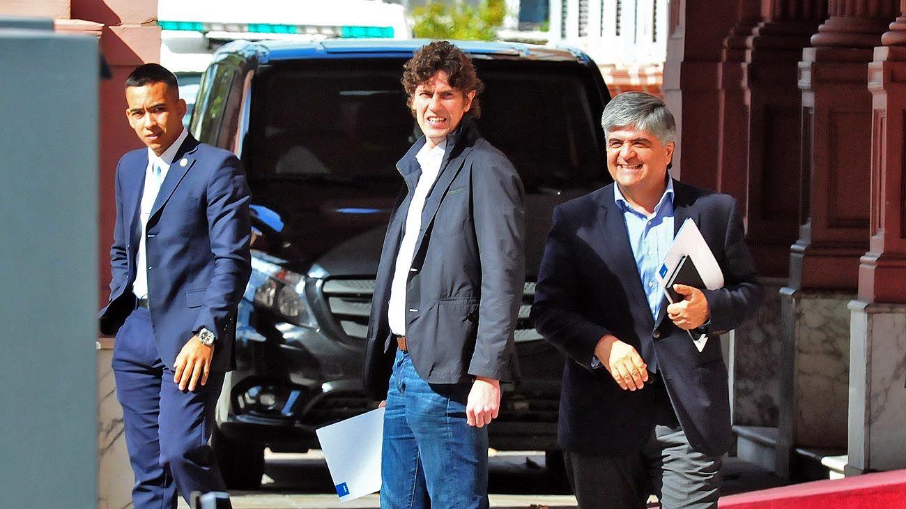 Almuerzo. El jueves, el ex embajador saliendo de la Rosada junto a Miguel Gutiérrez, de YPF.