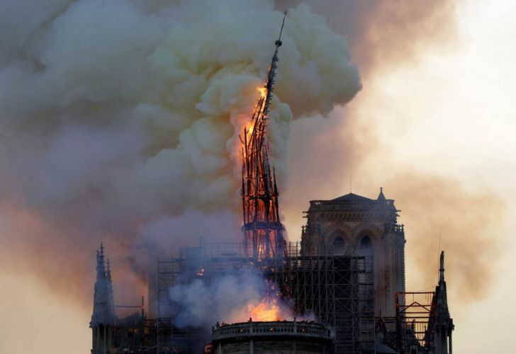 Se derrumba Notre Dame.