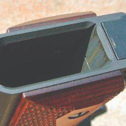 Boca de entrada del cargador levemente fresada para facilitar su introducción.