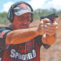 """El múltiple campeón mundial Rob Leatham, compitiendo con su Springfield Armory """"Range Officer Elite Target""""."""
