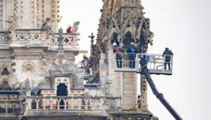 Técnicos revisan los daños en la catedral de Notre Dame