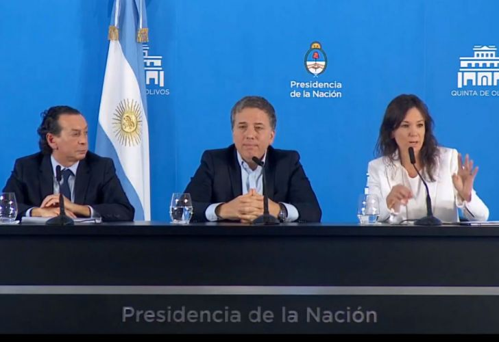 Los ministros Nicolás Dujovne, Carolina Stanley y Dante Sica en la conferencia de prensa.