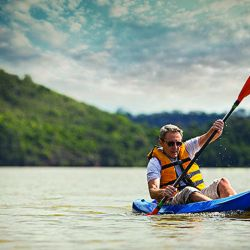 Kayak por el arroyo Garupá, donde también se puede pescar.