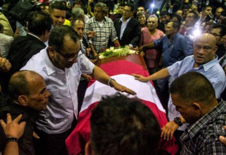 Los partidarios de García lo despiden en la sede del APRA en Lima.