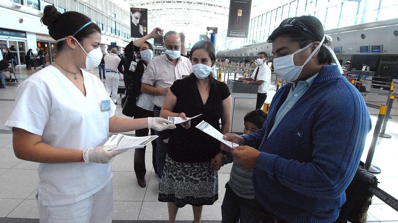 Con barbijos. A fines de abril de 2009, en el aeropuerto de Ezeiza, se montó un hospital militar de campaña y se cancelaron los vuelos provenientes de México. Las guardias de los hospitales se vieron abarrotadas por pacientes con síntomas gripales.