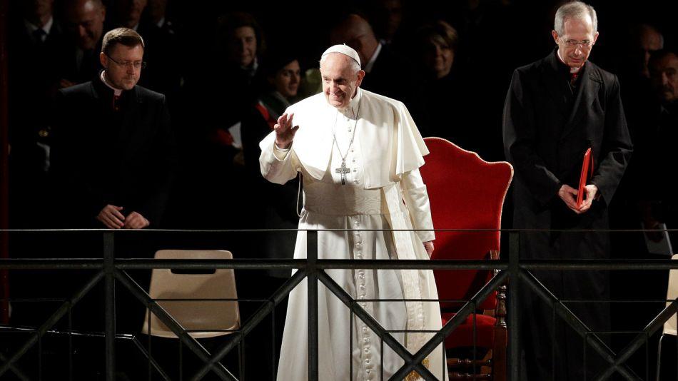 El Papa Francisco al arriba al Vía Crucis en el Coliseo.