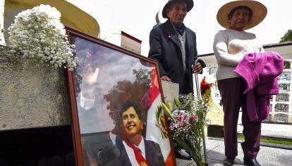 en el recuerdo. Una pareja mayor recuerda la asunción de Alan García, quien se pegó un tiro cuando estaban por detenerlo por el caso Odebrecht.