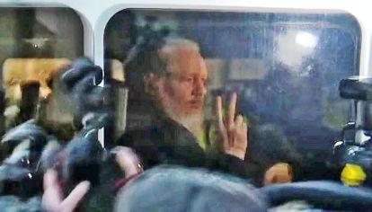 Detenido. Julian Assange en el momento de salir de la embajada de Ecuador en Londres. Recibió la solidaridad de periodistas y medios de todo el mundo.