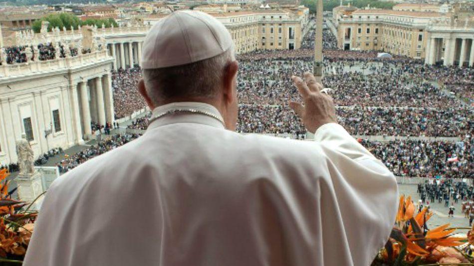 El Papa bendice a la multitud este domingo de Pascuas en la Plaza San Pedro.