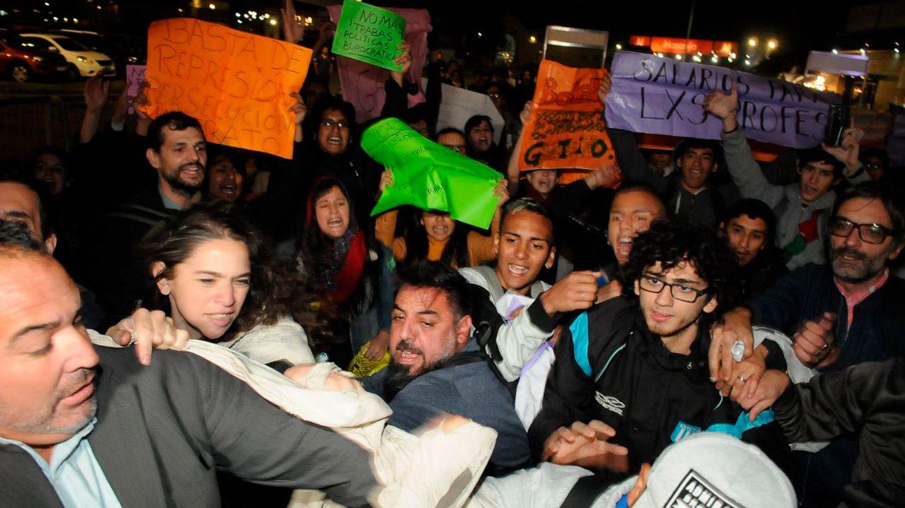 Incidentes en la Feria del Libro: manifestantes abuchearon al ministro Avelluto
