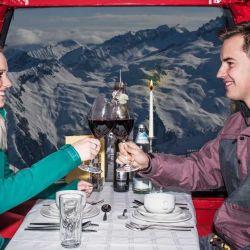 El viajero puede comer en el interior de una cabina en movimiento de un teleférico.