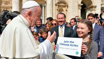 Clima. Francisco, que aquí recibe a la niña sueca Greta Thunberg, que inspira las protestas contra el cambio climático, marca el camino.