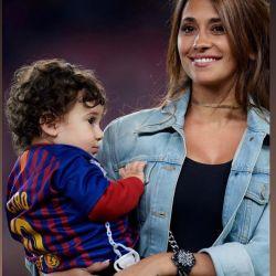 Antonela Roccuzzo junto al Barcelona campeón.